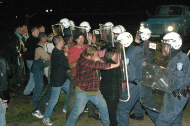 2 сентября 2004 года согласно распоряжению правительства Эстонии памятник эсэсовцам демонтирован.  Вспыхнули беспорядки. Раздосадованные происходящим люди потеряли контроль над собой. Негодование было настолько сильным, что люди стали забрасывать камнями грузовик, в который погрузили обелиск. Камни разбили стекла машины, не исключено, что досталось и кому-то из участников операции по демонтажу.  Полиция защищалась, применяя дубинки и выпуская собак, грозила пустить слезоточивый газ. Поскольку наступили сумерки, трудно было определить, много ли было пострадавших и задержанных.  Возможно, что получили травмы как органы правопорядка, так и местные жители.