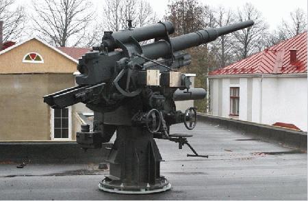 88-миллиметровое зенитное орудие времен Второй мировой войны установлено на крыше музея легиона SS